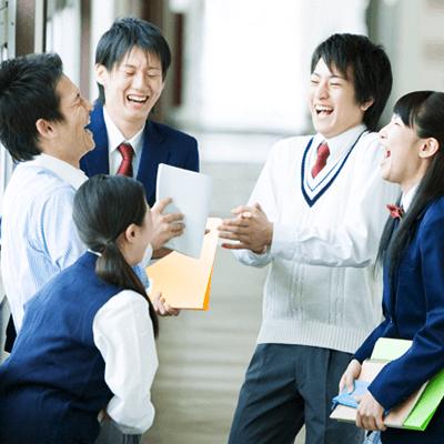塾で楽しそうに話している生徒たち